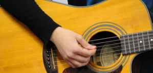 Cours en ligne: Principes de base de jouer de la guitare